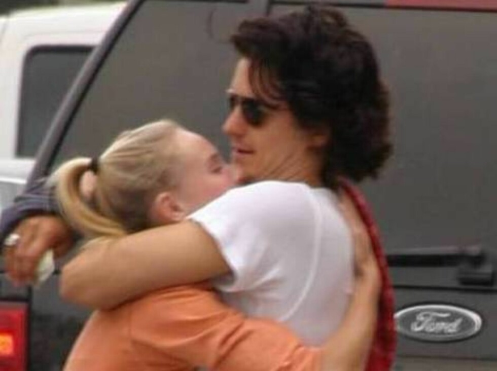 Code: X17XX8- Lesley Garcia, LOS ANGELES, USA, 20.06.2004: Very much in love ACTOR Orlando Bloom hugging girlfriend Kate Bosworth in Los Angeles as the couple is shopping for clothes on trendy Robertson Avenue. Orlando stopped for a coffee and Kate went t Foto: All Over Press