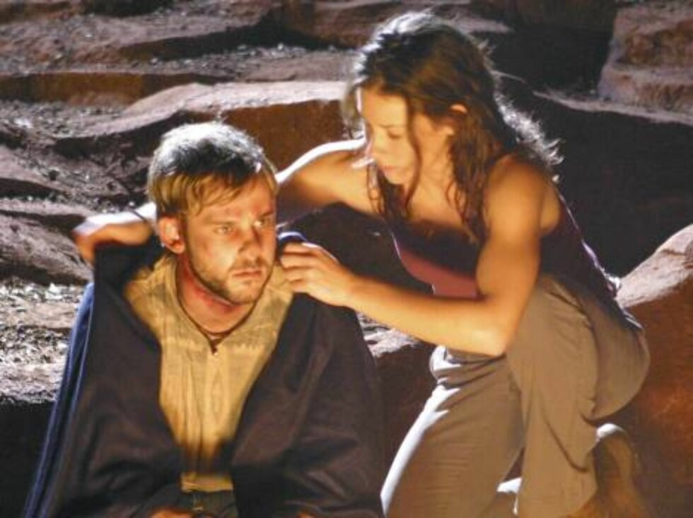 """101671_5518 -- LOST - """"All the Best Cowboys Have Daddy Issues"""" - Survivors wonder why Charlie and the pregnant Claire have been abducted - and by whom -- and a search party ventures into the treacherous jungle to try to find and rescue the missing duo. Me Foto: © 2004 ABC, INC."""