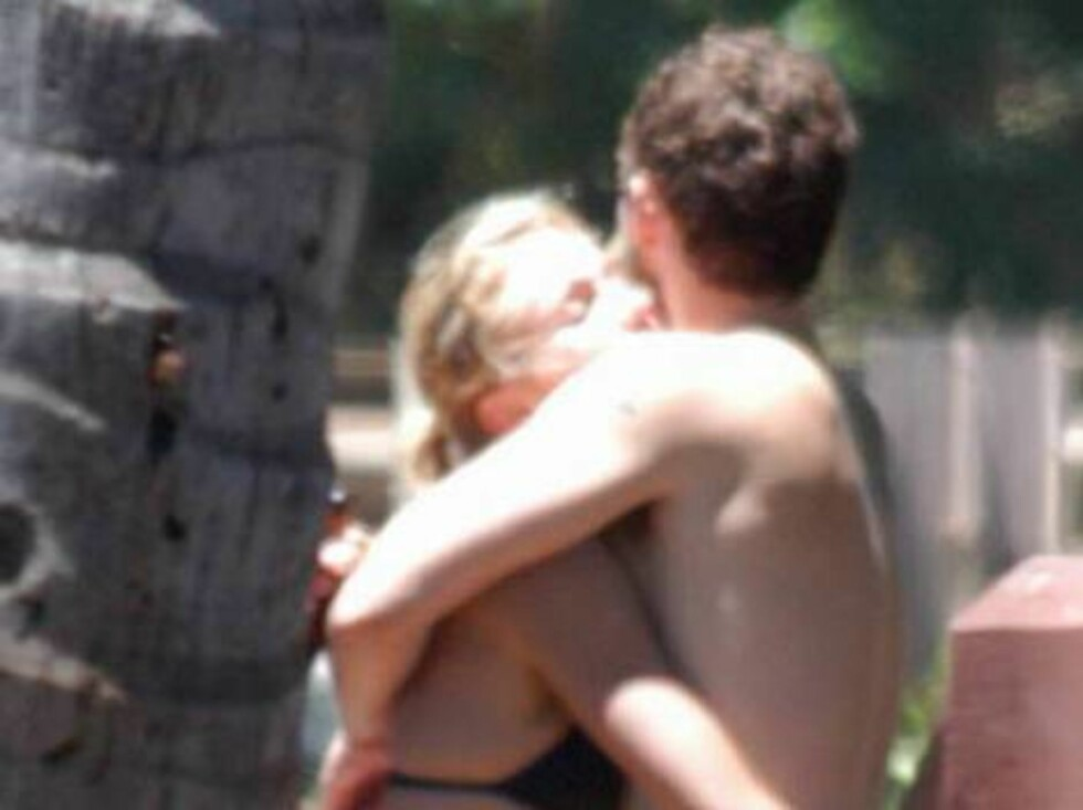 Justin Timberlake and Cameron Diaz share a romantic embrace and a kiss as they continue to soak up the sun while enjoying a vacation together.  The two spent the day surfing again and then Justin cooled off in an outdoor shower on the beach before cuddlin Foto: All Over Press