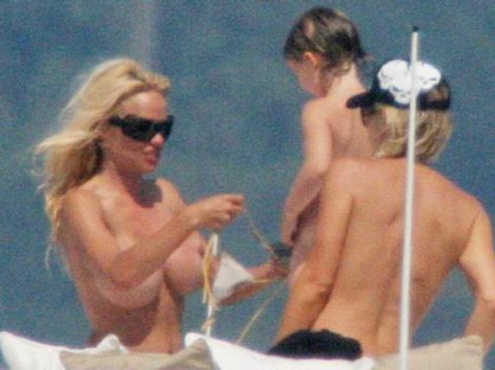 MISS SOLSKINN: Tobarnsmoren fikser på bikinitoppen. Foto: Stella Pictures