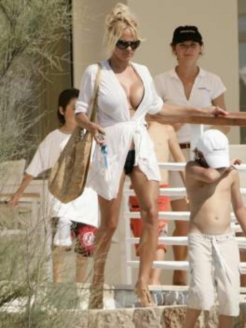 FLOTTE GUTTER: Pamela sammen med guttene sine Brandon (10) og Dylan (8). Foto: Stella Pictures