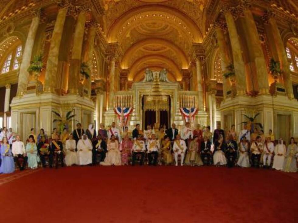 BANGKOK, THAILAND - JUNE 12:  Thailand's King Bhumibol Adulyadej (R) sits with all his Royal Guests at Ananda Samakhom Throne Hall in Bangkok June 12, 2006. A glittering flotilla of royal Thai barges will glide past royalty from 25 nations on Monday to ho Foto: All Over Press