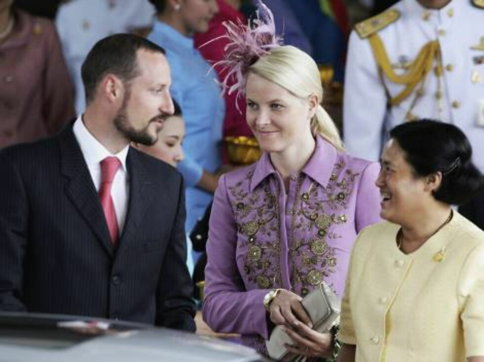 BANGKOK, THAILAND - JUNE 11:  Thailand's Princess Maha Chakri Sirindhorn (R) greets Crown Prince Haakon of Norway (L) and Crown Princess Mette-Marit as they arrive at Bangkok International Airport on June 11, 2006 in Bangkok. Royals from 25 contries will Foto: All Over Press