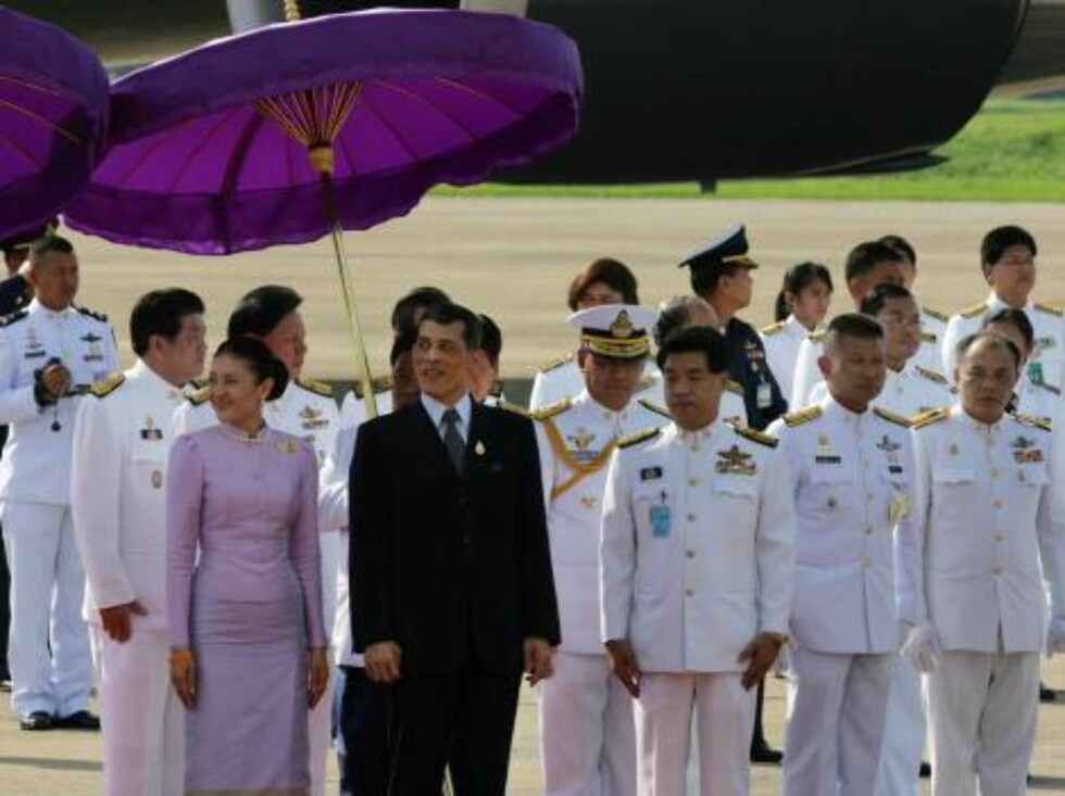 BANGKOK-THAILAND-JUNE,11: Thailand's Crown Prince Maha Vajiralongkorn (5th L) and his royal escort waits for the foreign monarchs to arrive for the 60th anniversary celebrations of Thailand King Bhumibol Adulyadej accession to the throne on June 11, 2006 Foto: All Over Press