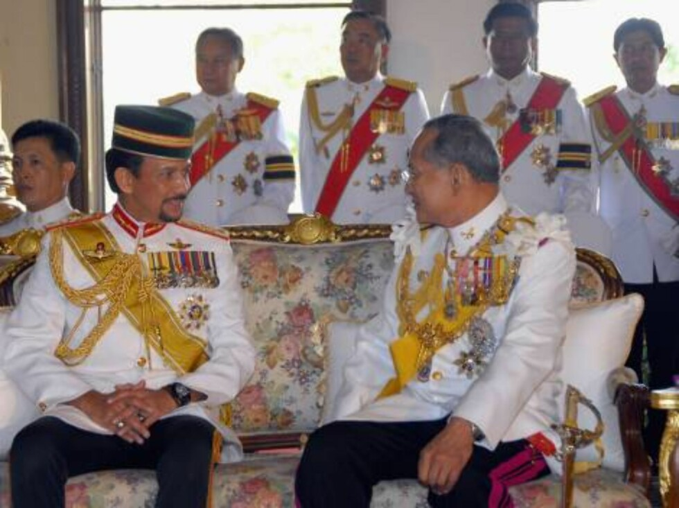 BANGKOK, THAILAND - JUNE 12:  Thailand's King Bhumibol Adulyadej (R) sits with Brunei's Sultan Hassanal Bolkiah at Ananda Samakhom Throne Hall in Bangkok June 12, 2006. A glittering flotilla of royal Thai barges will glide past royalty from 25 nations on Foto: All Over Press