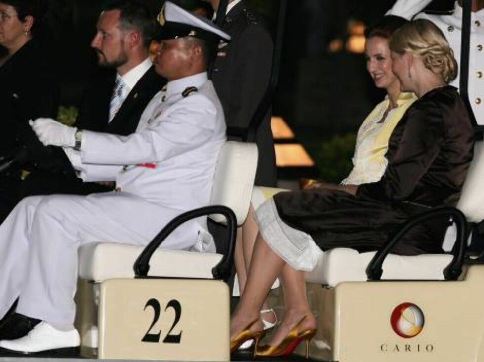 BANGKOK, THAILAND - JUNE 12:  Crown Prince Haakon of Norway (L), Princess Mette-Marit of Norway (R) and Princess Lalla Salma of Morocco (2nd row L) arrive at the Royal Navy Club to attend the Royal Barge Procession on June 12, 2006 in Bangkok. The king of Foto: All Over Press