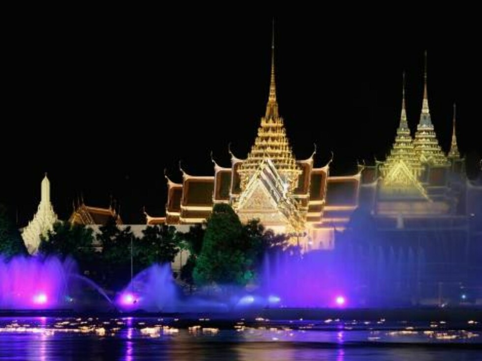 BANGKOK, THAILAND - JUNE 12:  Golden Royal Palace is illuminated with lit up fountains and floating lanterns along the Chao Phraya River as the Royal Barge Procession takes place on June 12, 2006 in Bangkok.The Royal barges are an ancient Thai tradition d Foto: All Over Press