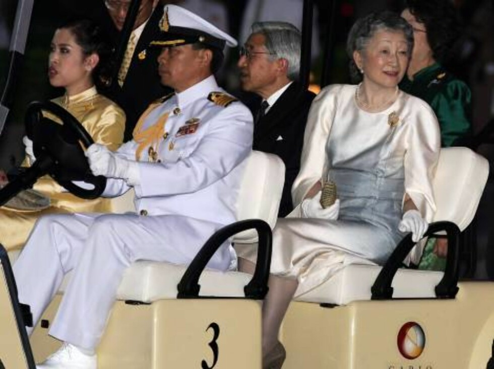 BANGKOK, THAILAND - JUNE 12:  Emperor Akihito of Japan (2nd row L) and Empress Michiko of Japan (R) arrive at the Royal Navy Club in a Golf Cart to attend the Royal Barge Procession on June 12, 2006 in Bangkok. The king of Thailand is marking the 60th ann Foto: All Over Press