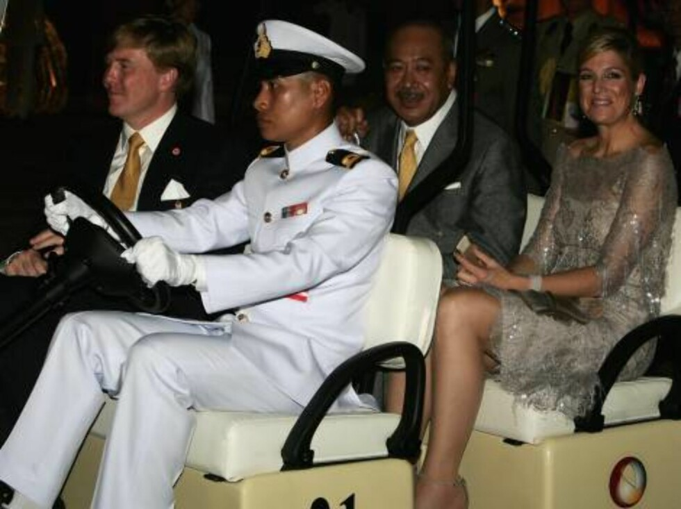 BANGKOK, THAILAND - JUNE 12:  Dutch Prince of Orange Willem Alexander (L), Dutch Princess Maxima (R) and Crown Prince Tupouto'a of Tonga (2nd-row L) arrive at the Royal Navy Club to attend the Royal Barge Procession on June 12, 2006 in Bangkok. The king o Foto: All Over Press