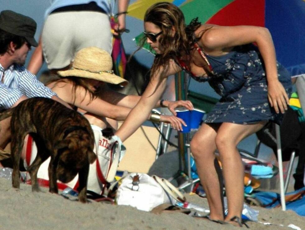 """KOSEBIKKJE: Jessica elsker å leke med hunen """"East"""" - som hun har med seg overalt. Foto: All Over Press"""