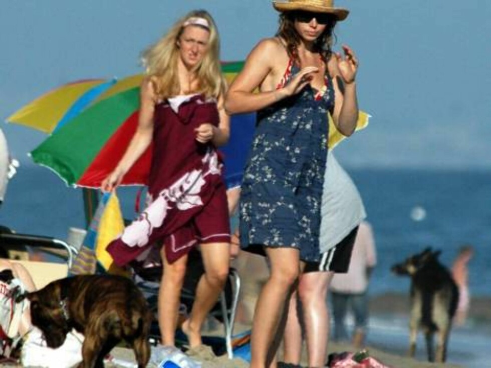 Jessica Biel incognito on the beach with her dog july 2, 2006 X17agency EXCLUSIVE Foto: All Over Press