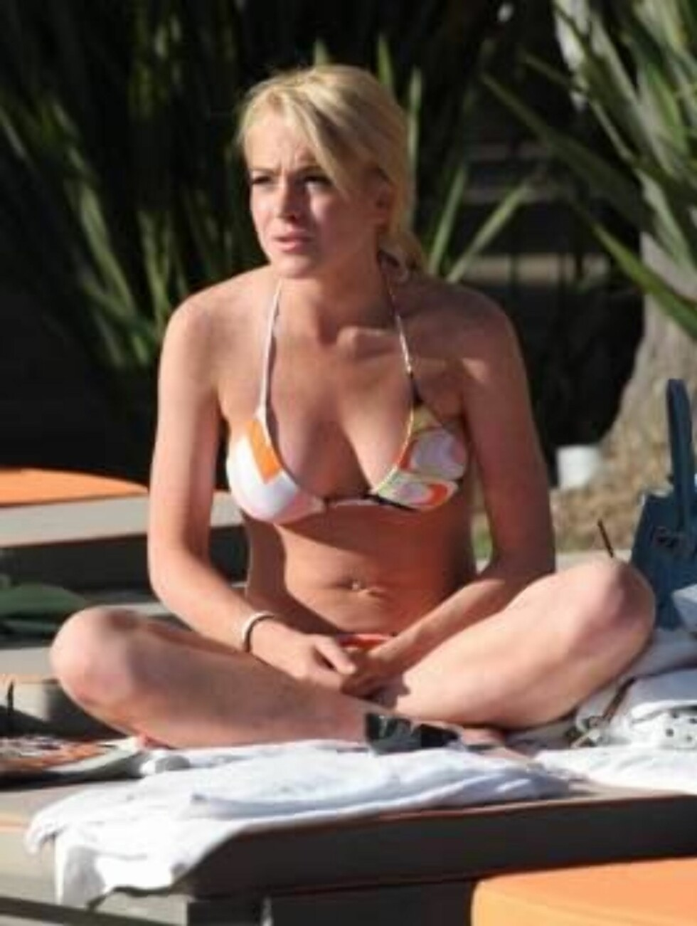 Code: X17XX8 - GSV, Hollywood, USA, 24.06.2005: Teen star Lindsay Lohan sunbathing at a pool in trendy Hollywood reads the celebrity magazines and flirts with a mysterious man. Her Disney movie Herbie, fully loaded is coming out this week end. All Over P Foto: All Over Press