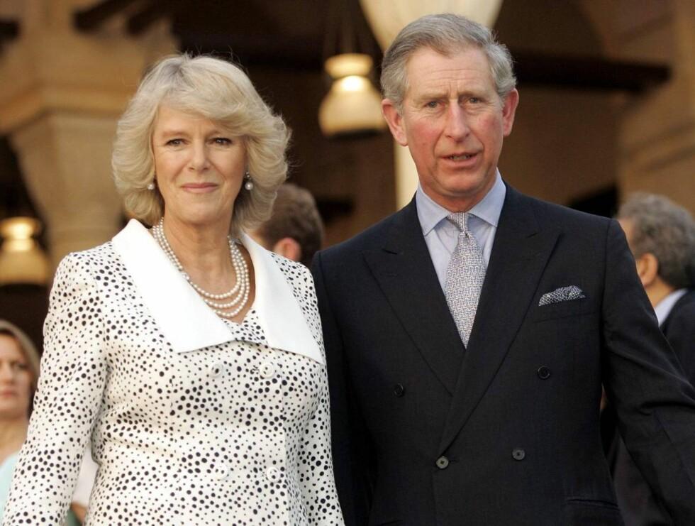 VED KONAS SIDE: Prins Charles gjør alt han kan for å hjelpe kona gjennom sorgen. Foto: All Over Press