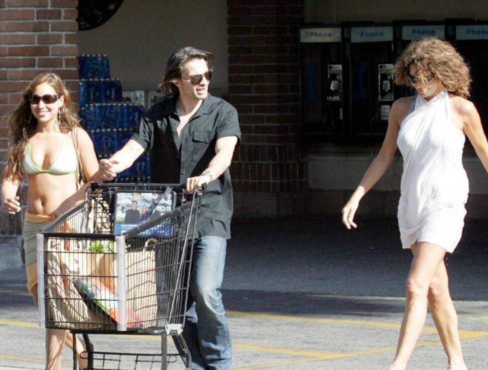 LANGE BLIKK: Olivier er på shoppingtur med en lettkledd jente, og kaster lange blikk etter en langbeint forbipasserende. Foto: All Over Press