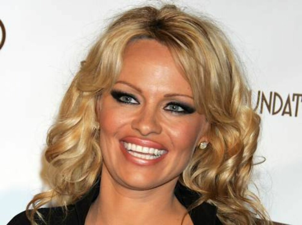 WEST HOLLYWOOD, CA - MARCH 05:  Actress Pamela Anderson arrives at the 14th Annual Elton John Academy Awards viewing party held at the Pacific Design Center on March 5, 2006 in West Hollywood, California.  (Photo by David Livingston/Getty Images) *** Loca Foto: All Over Press