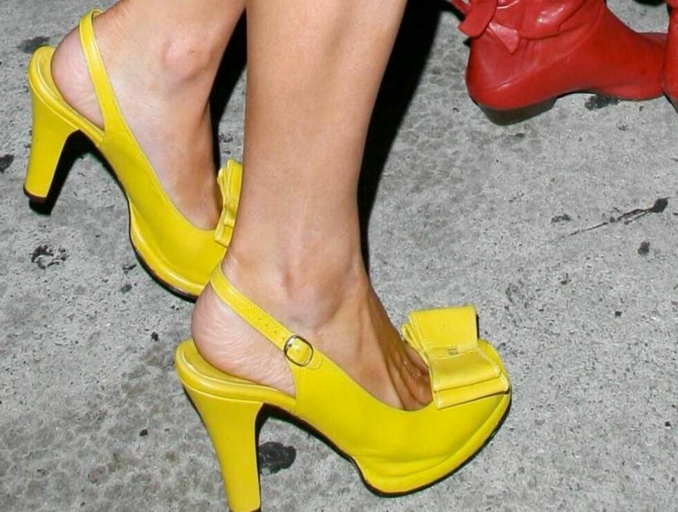 HØYT OG GULT: Høye hæler og lange tær. Paris er klar for party! Foto: All Over Press