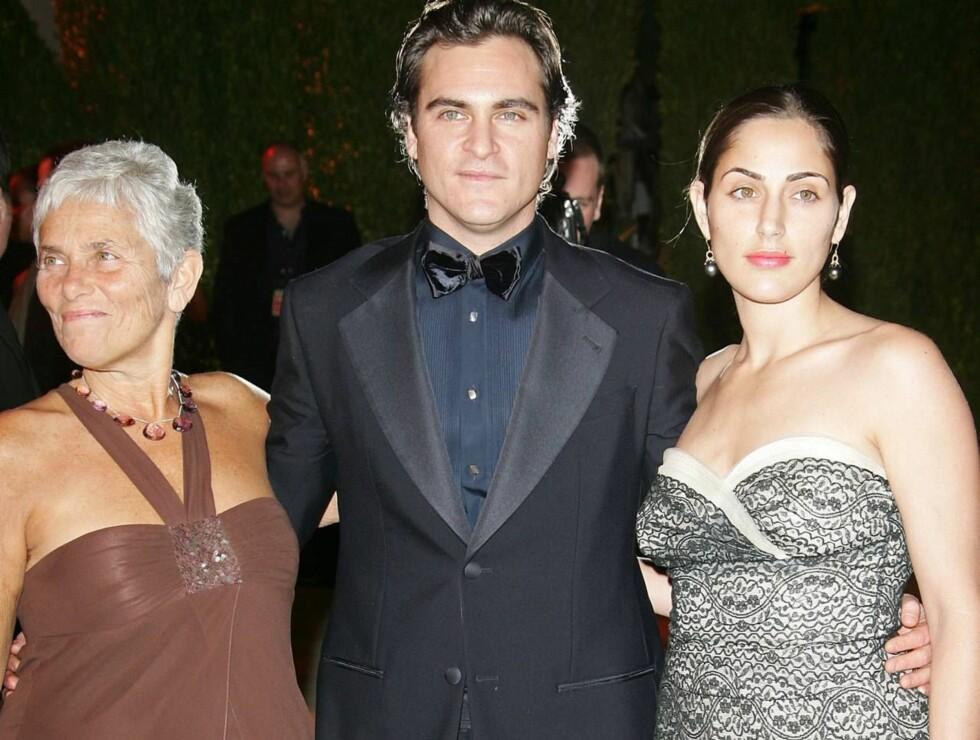 SKUESPILLERFAMILIE 1: Joaquin Phoenix med mamma Arlyn og søsteren Summer. Foto: All Over Press