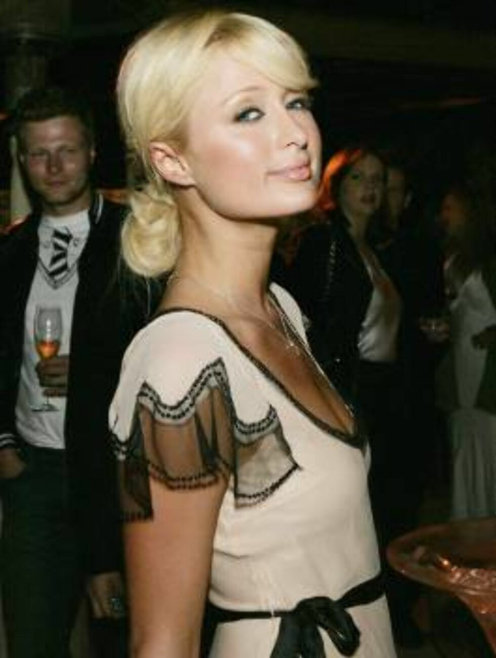 BEVERLY HILLS, CA - JUNE 2:  Paris Hilton poses at the International Launch of Dom Perignon Rose Vintage 1996 Champagne by Karl Lagerfeld on June 2, 2006 in Beverly Hills, California. (Photo by Kevin Winter/Getty Images) *** Local Caption *** Paris Hilton Foto: All Over Press