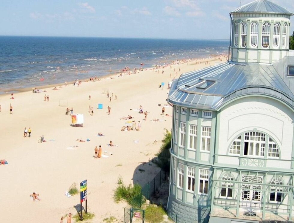 BALTISK RIVIERA: Hotellene og bebyggelsen ligger i strandkanten på deler av den 32,8 kilometer lange sandstranden i Jurmala. Lokalt kalles stranden Den Baltiske Riviera. Foto: Odd Helge Brugrand/Se og Hør