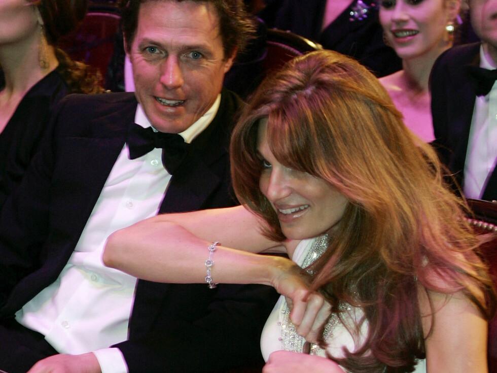 GJEMMER RINGEN: Hugh ser ikke ut til å ha noe imot stedet Jemima gjemmer forlovelsesringen... Foto: AP