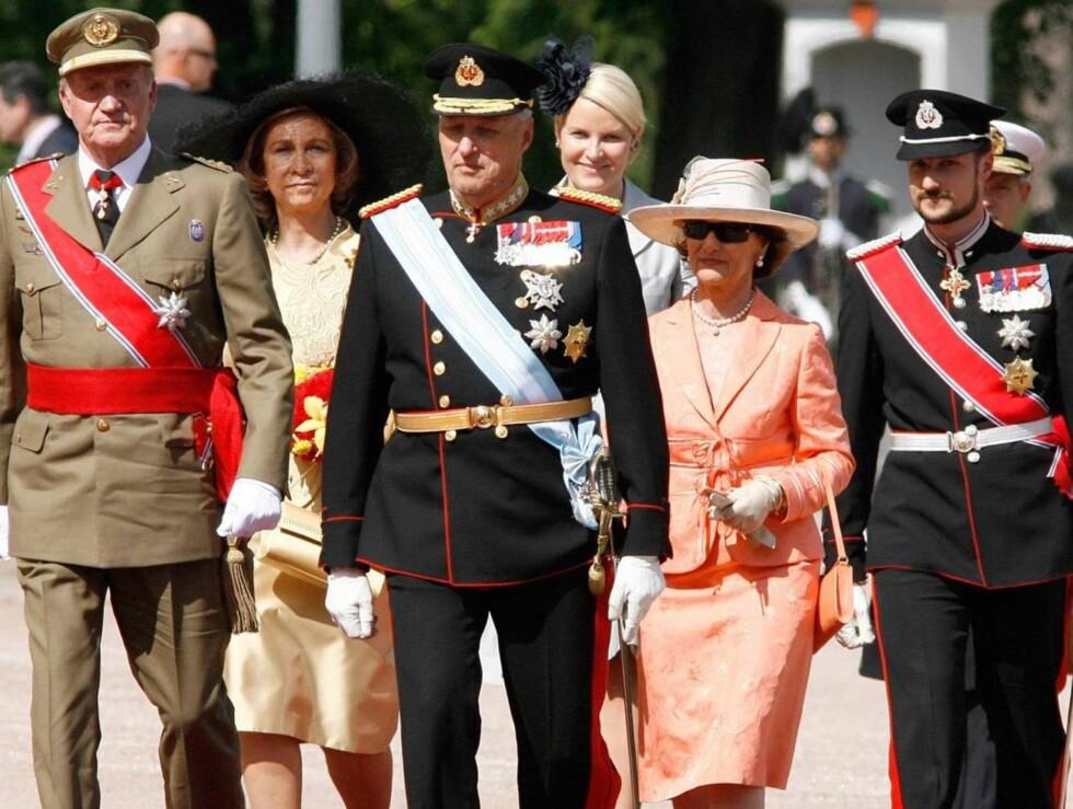 SAMLET TROPP: Begge kongeparene og det norske kronprinsparet på vei opp den røde løperen til slottet. Foto: All Over Press