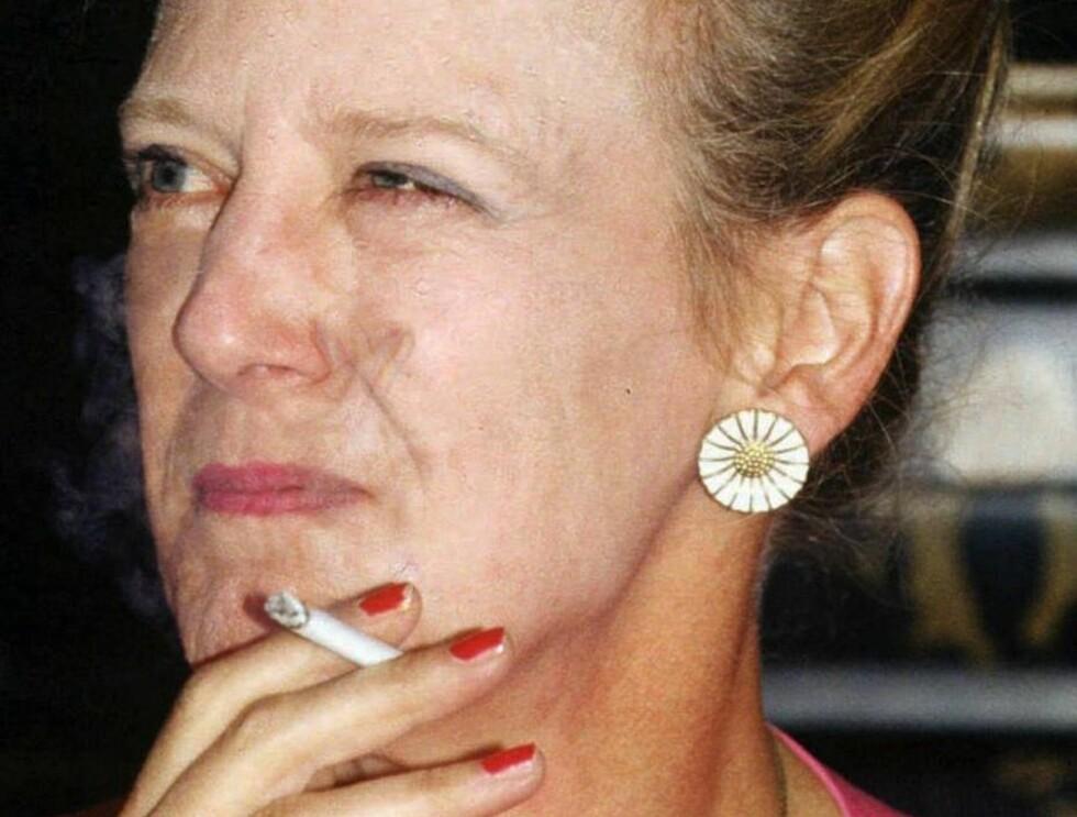 AVHENGIG: Dronning Margrethe blir sjelden avbildet med en sigarett i hånden, men det er en kjent sak at hun røyker fast. Foto: AP/Scanpix