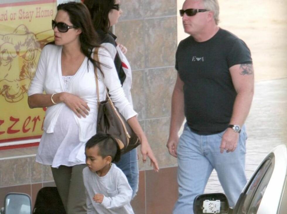 FØLGES OVERALT: En ring av livvakter følger Angelina og hennes familie overalt. Men Maddox lar seg ikke bry av all ståheien... Foto: All Over Press