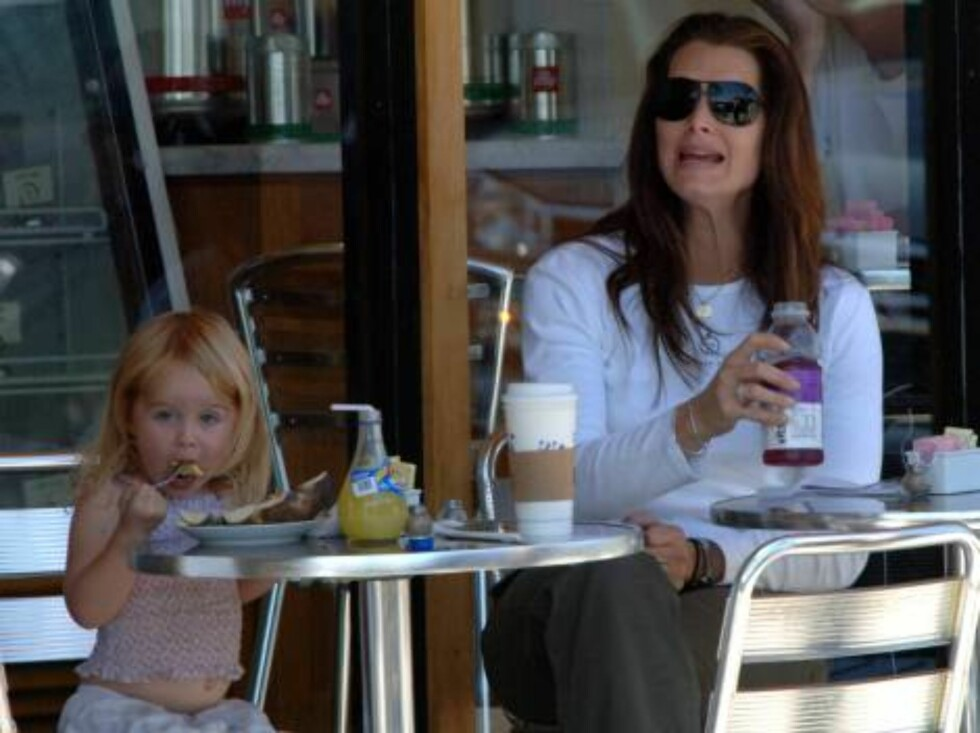 Brooke Shields having breakfast with daughter Rowan. Brooke wears a shirt with Just had a baby. May 28, 2006 X17agency EXCLUSIVE  / ALL OVER PRESS Foto: All Over Press
