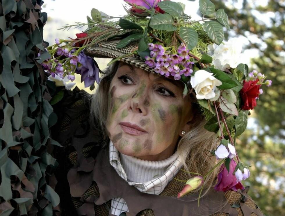 KAR FOR SIN KILT: Molly (Susan Hampshire) jakter på orkidétyver.  Foto: NRK
