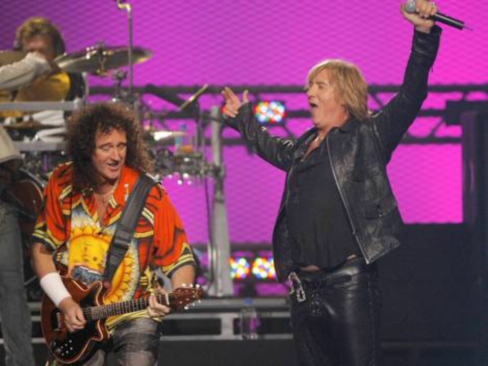 Queen guitarist Brian May, left, performs with Joe Elliott, right, of Def Leppard during the VH1 Rock Honors concert in Las Vegas on Thursday, May 25, 2006.   (AP Photo/Jae C. Hong) Foto: Scanpix, AP