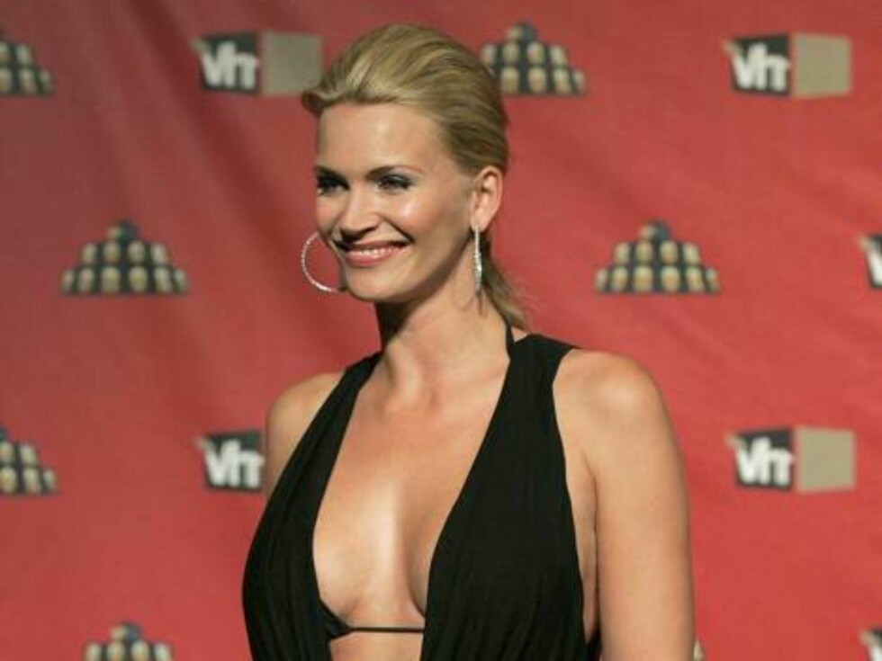 Actress Natasha Henstridge poses for photographers as she arrives for VH1 Rock Honors concert in Las Vegas on Thursday, May 25, 2006.  (AP Photo/Jae C. Hong) Foto: Scanpix, AP