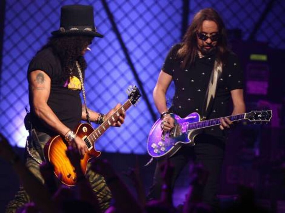 <strong>LAS VEGAS - MAY 25:</strong>  Musicians Slash (L) and Ace Frehley of The All Star Band perform during the VH1 Rock Honors at the Mandalay Bay Events Center on May 25, 2006 in Las Vegas, Nevada.  (Photo by Kevin Winter/Getty Images) *** Local Caption *** Slash;Ace Foto: All Over Press