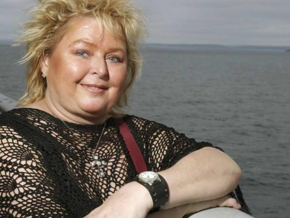 GODE TIDER: Kikki Danielsson har lagt tiden med alkoholmisbruk bak seg, og har funnet en superkur for reumatismen sin. Nå smiler livet. Foto: Se og Hør