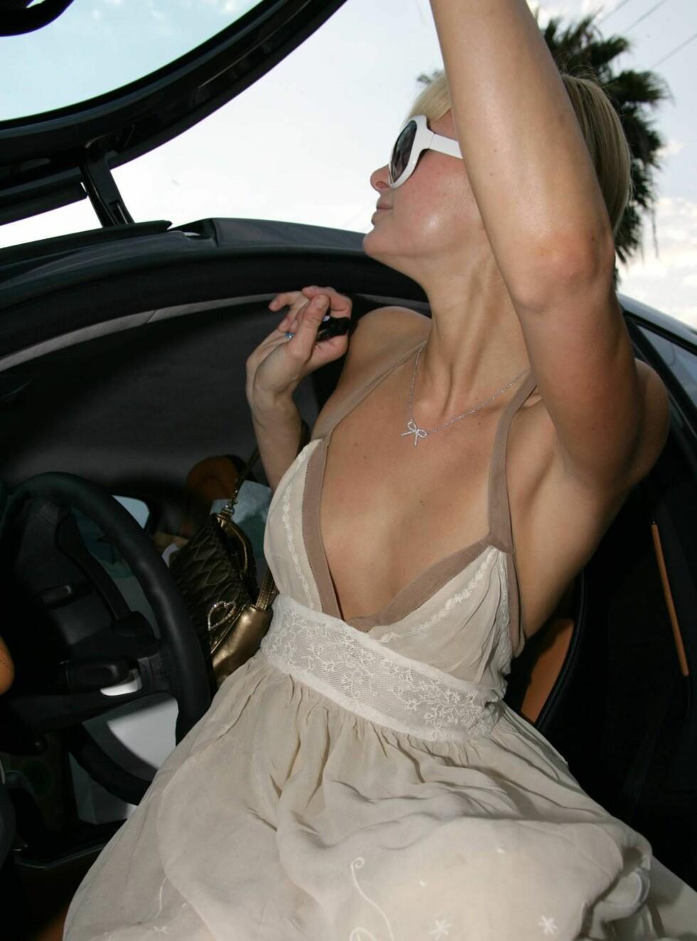 DÅRLIG STIL: Milliardærarvingen Paris Hilton er en av de mest fotograferte kjendisene, men har ikke lært seg limo-knepene. Foto: All Over Press