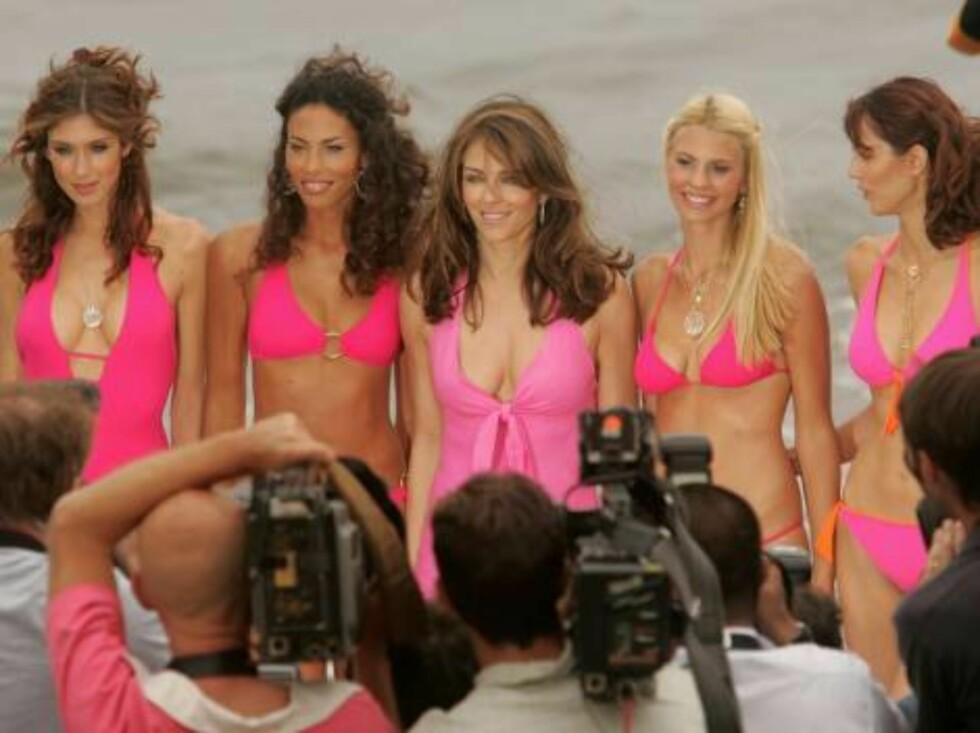 CANNES, FRANCE - MAY 23:  British model Elizabeth Hurley (3rd L) poses for a picture at Nikki Beach during the 59th International Cannes Film Festival on May 23, 2006 in Cannes, France.  (Photo by Peter Kramer/Getty Images) *** Local Caption *** Elizabeth Foto: All Over Press