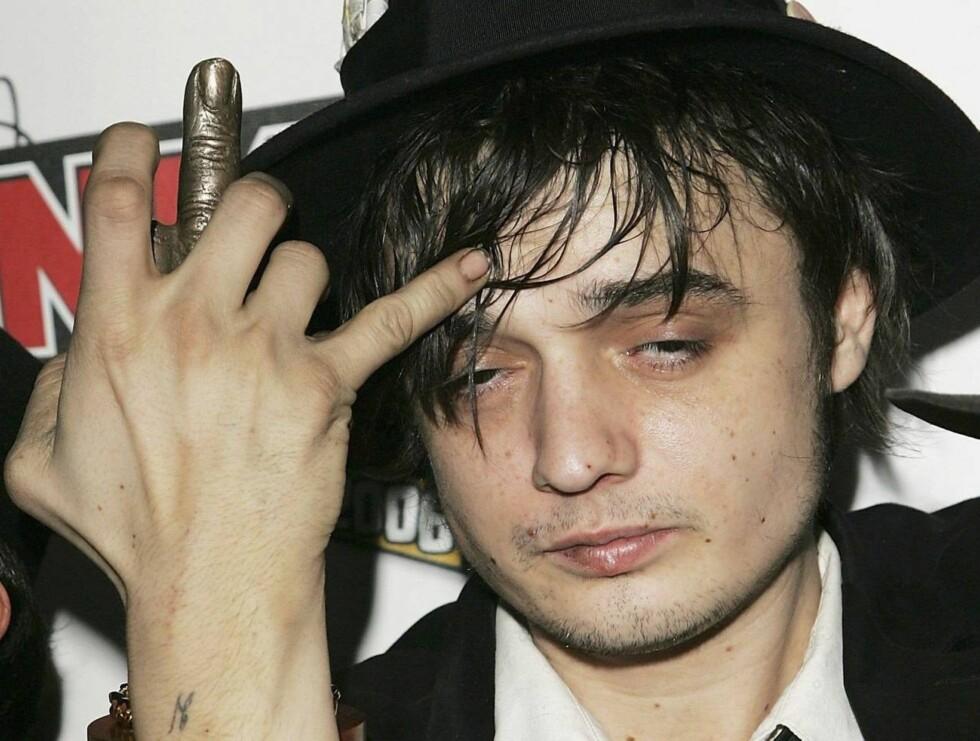 PÅ DYPT VANN: Pete Doherty lagde skandale da han fyrte av en sprøyte med rød veske mot et filmteam fra kanalen MTV. Narkomisbruket har også kostet ham forholdet til modellen Kate Moss (32). Foto: All Over Press