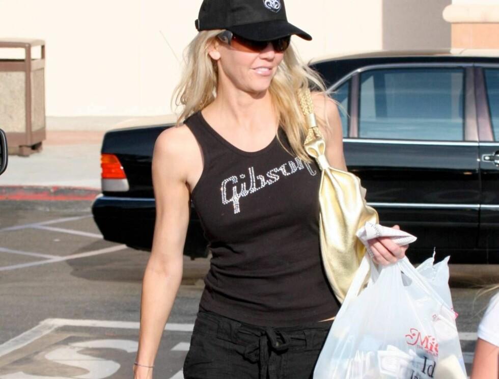 """<strong>BAG LADY:</strong> Heather - som ble kjent i TV-serien """"Dynastiet"""" glemmer sorgene når hun fyller posene. Foto: All Over Press"""