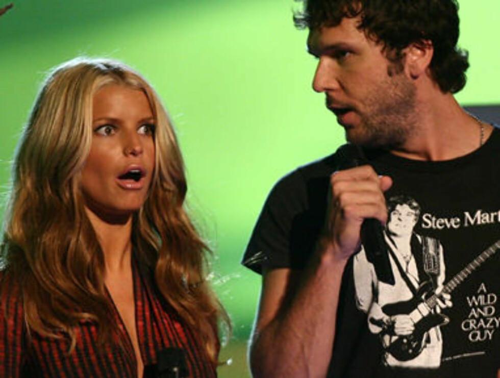 PRISDRYSS: Jessica Simpson og komikeren Dane Cook delte ut pris. Foto: TOPP.NO
