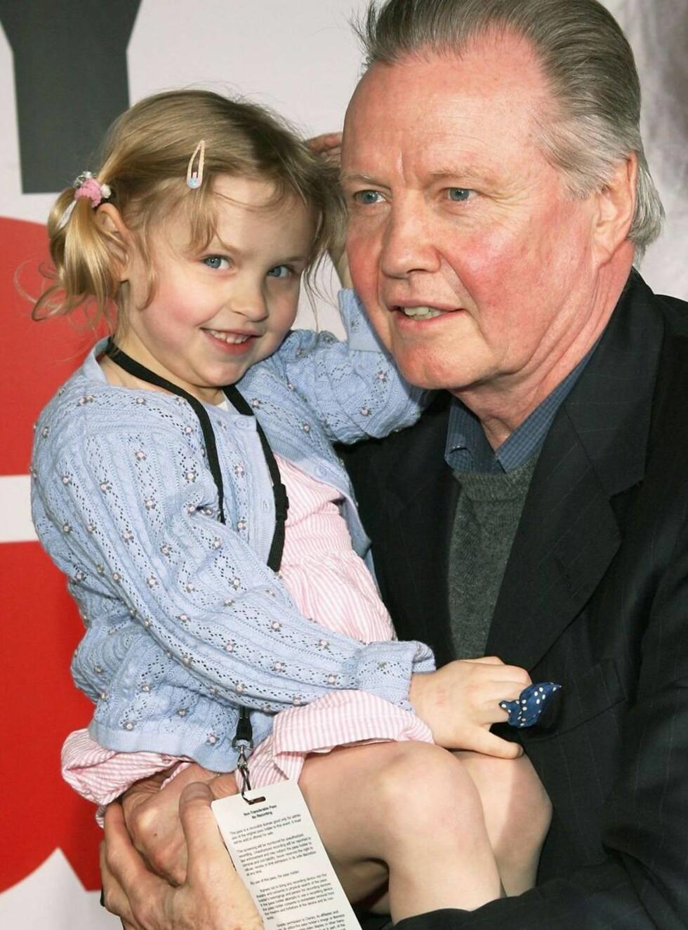 BARNEKJÆR: Jon Voight med grandniesen Alex på armen. Men barnebarna får han ikke treffe. Foto: All Over Press