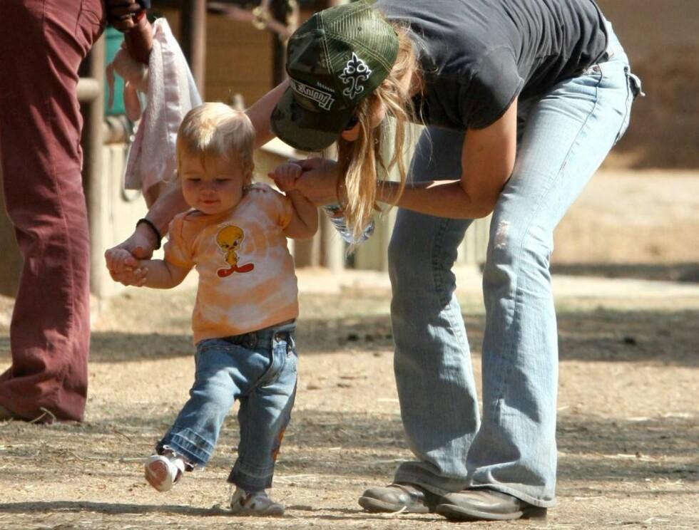GOD MOR: Lille Sam prøver å ta sine første skritt og Denise Richard er stolt mor. Foto: All Over Press