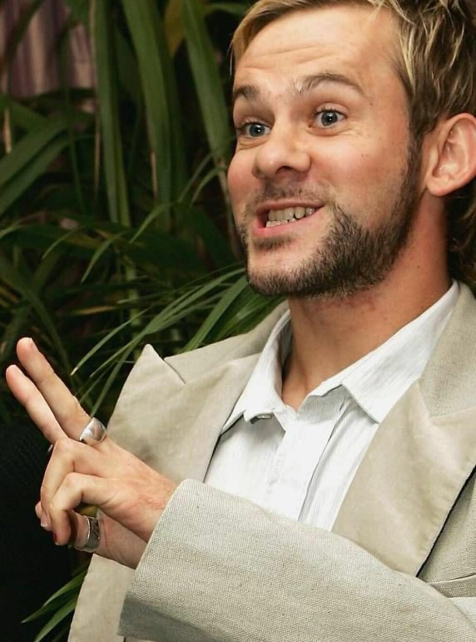 TO, TAKK: Dominic viser kjæresten hvor mange barn han vil ha. Foto: All Over Press