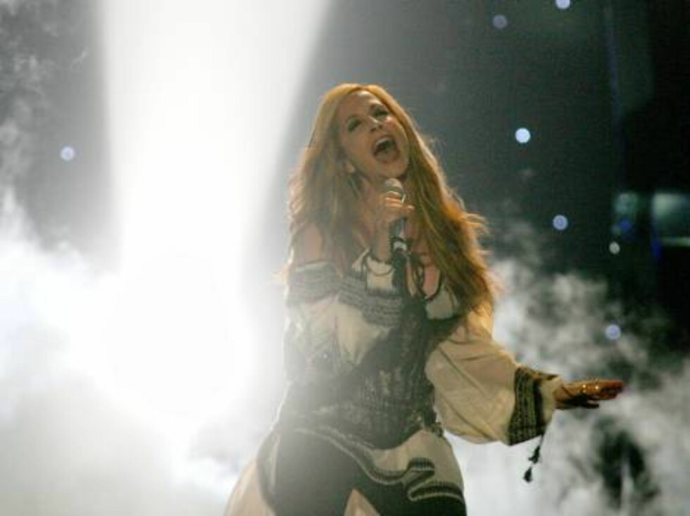 Singer Anna Vissi performs for Greece with the song 'Everything' during the dress rehearsal final of the Eurovision at the Indoor Olympic stadium in Athens on Friday, May 19, 2006. Organizers estimate more than 100 million TV viewers will watch Saturday's Foto: AP