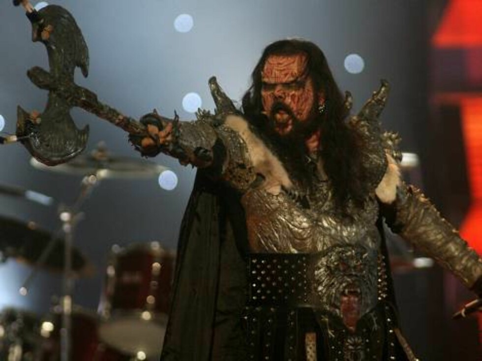 Singer of the group Lordi performs for Finland with the song 'Hard rock hallelujah' during the Eurovision final at the Indoor Olympic stadium in Athens, on Saturday, May 20, 2006. (AP Photo/Petros Giannakouris) Foto: AP