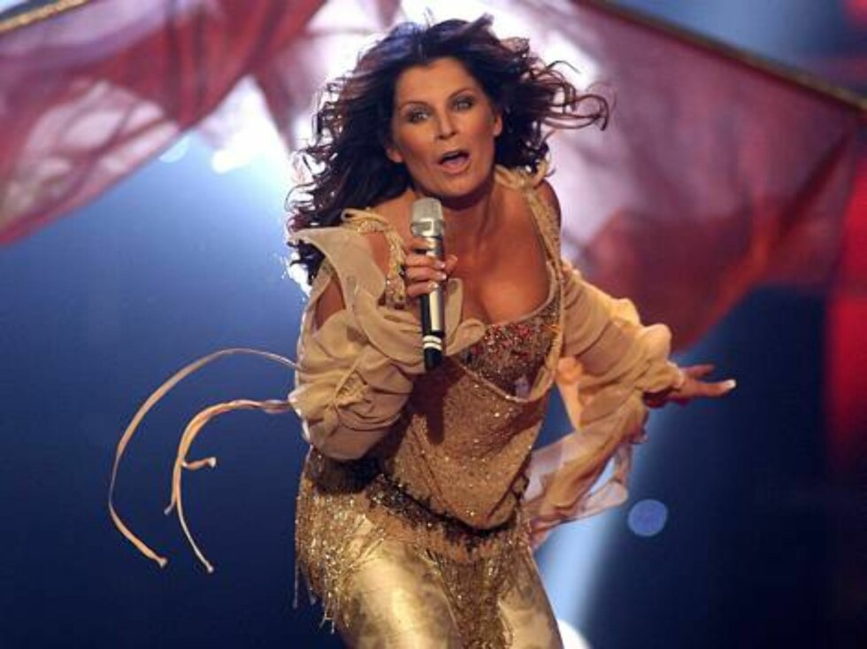 Singer Carola performs for Sweden with the song 'Invincible' during the Eurovision final at the Indoor Olympic stadium in Athens, on Saturday, May 20, 2006. (AP Photo/Petros Giannakouris) Foto: AP