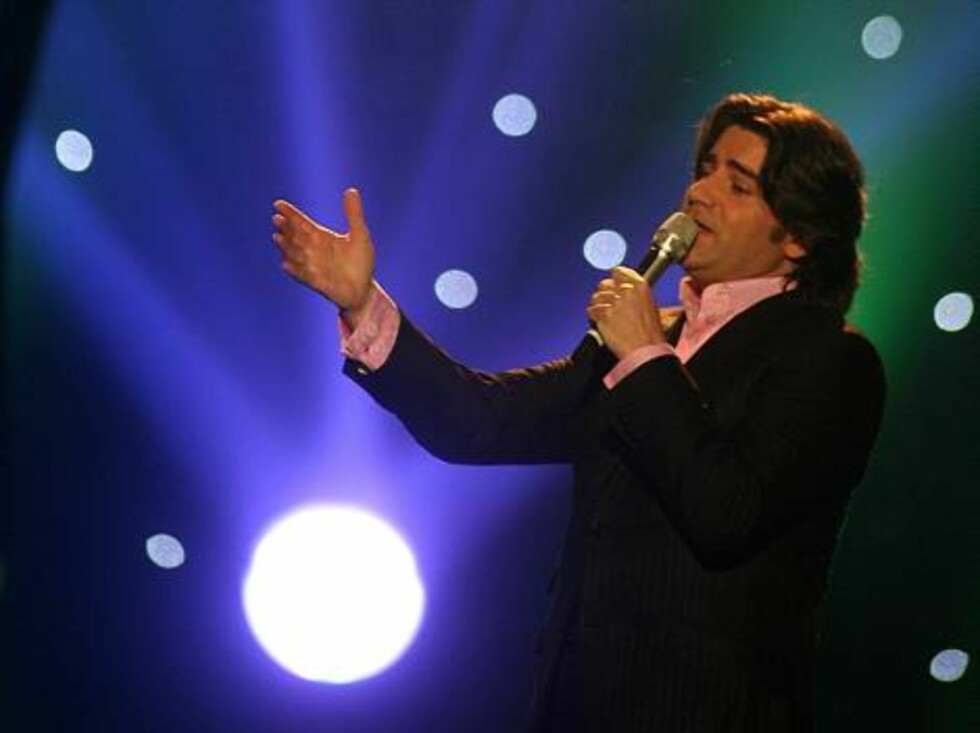 Singer Brian Kennedy performs for Ireland with the song 'Every Song is a Cry for Love' during the Eurovision final at the Indoor Olympic stadium in Athens, late Saturday, May 20, 2006. (AP Photo/Petros Giannakouris) Foto: AP