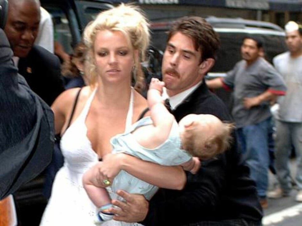 Pregnant Britney Spears nearly drops her baby Sean Preston after emerging from her NYC hotel. Britney slipped on her own shoes and nearly dropped her baby son. Her bodyguard cought the baby as he was slipping from his mothers arms. The mother and son then Foto: All Over Press