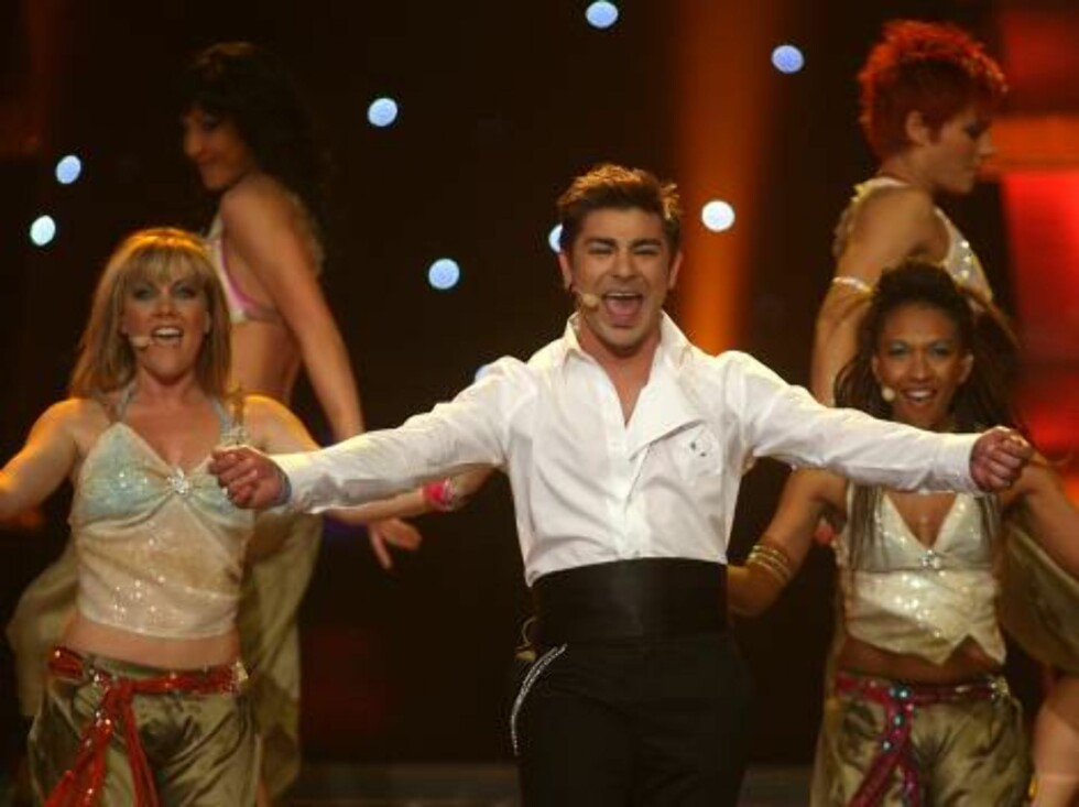Singer Fabrizio Faniello performs for Malta the song 'I do'  during the Eurovision final at the Indoor Olympic stadium in Athens, on Saturday, May 20, 2006. (AP Photo/Petros Giannakouris) Foto: AP