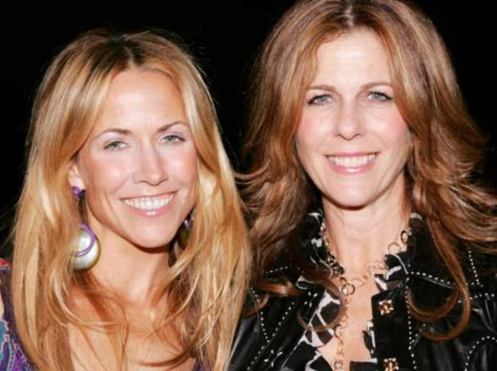 NEW YORK - MAY 19:  (L-R)  Recording artist Sheryl Crow and actress Rita Wilson attend the The Rainforest Foundation Benefit Dinner & Gala at The Pierre Hotel on May 19, 2006 in  New York City.  (Photo by Paul Hawthorne/Getty Images) *** Local Caption *** Foto: All Over Press