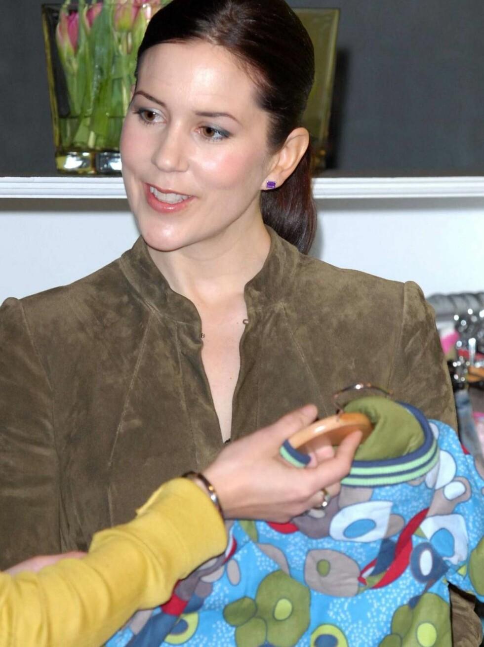 <strong>MOTEINTERESSERT:</strong> Mary falt for mye av barnetøyet på motemessen. Foto: All Over Press