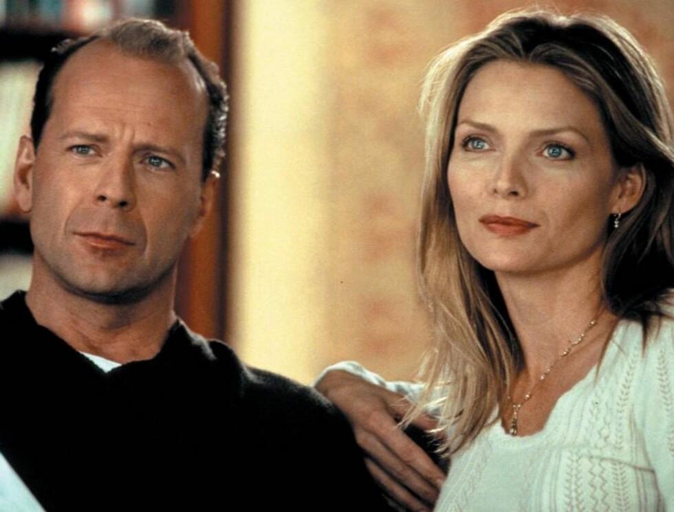 HISTORIEN OM OSS: Bruce Willis og Michelle Pfeiffer i hovedrollene.   Foto: TVNorge